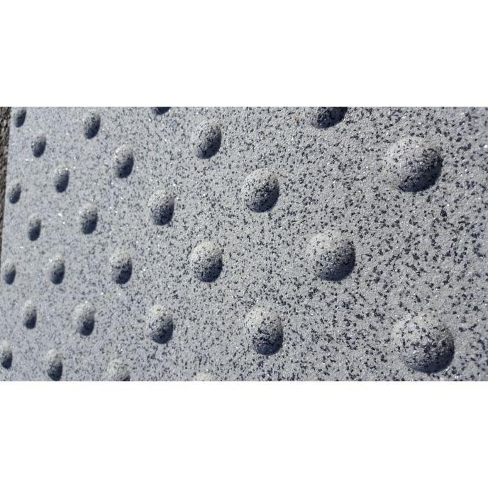 Dalle podotactile minérale avec adhésif épais