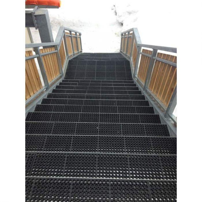caillebotis antidérapant pour marche d'escalier conforme aux normes d'accessibilité