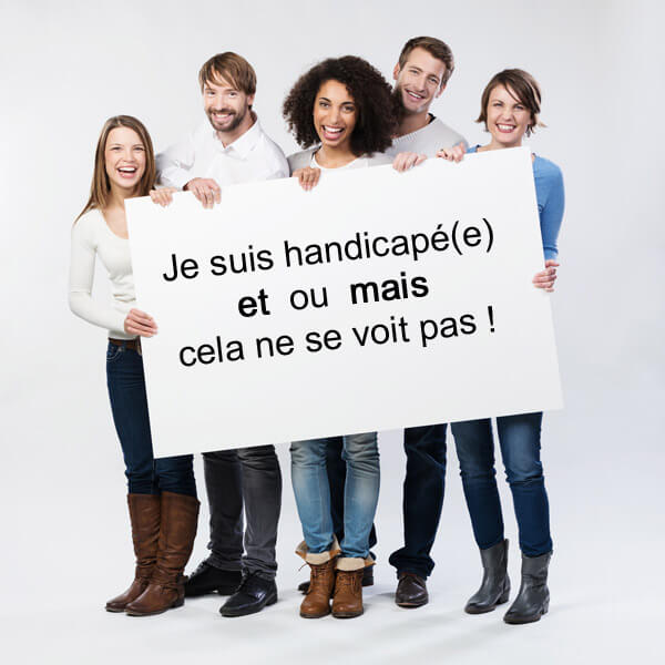 Personnes souriant avec pancarte
