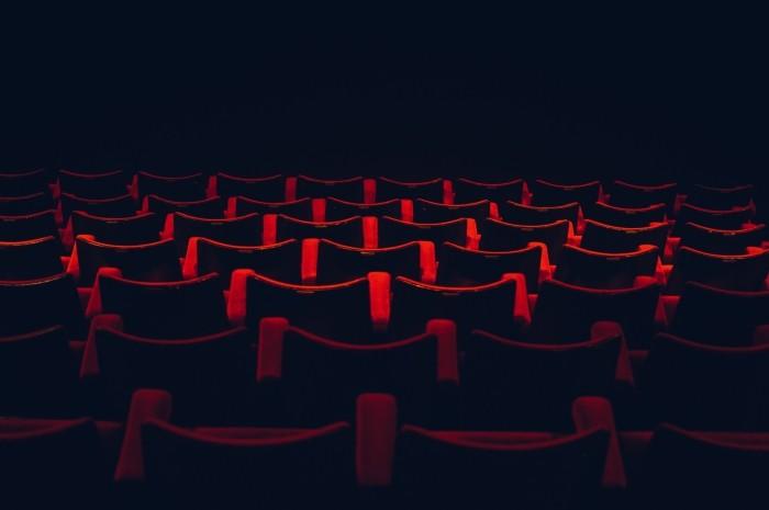 Fauteuils rouges d'une salle de cinéma