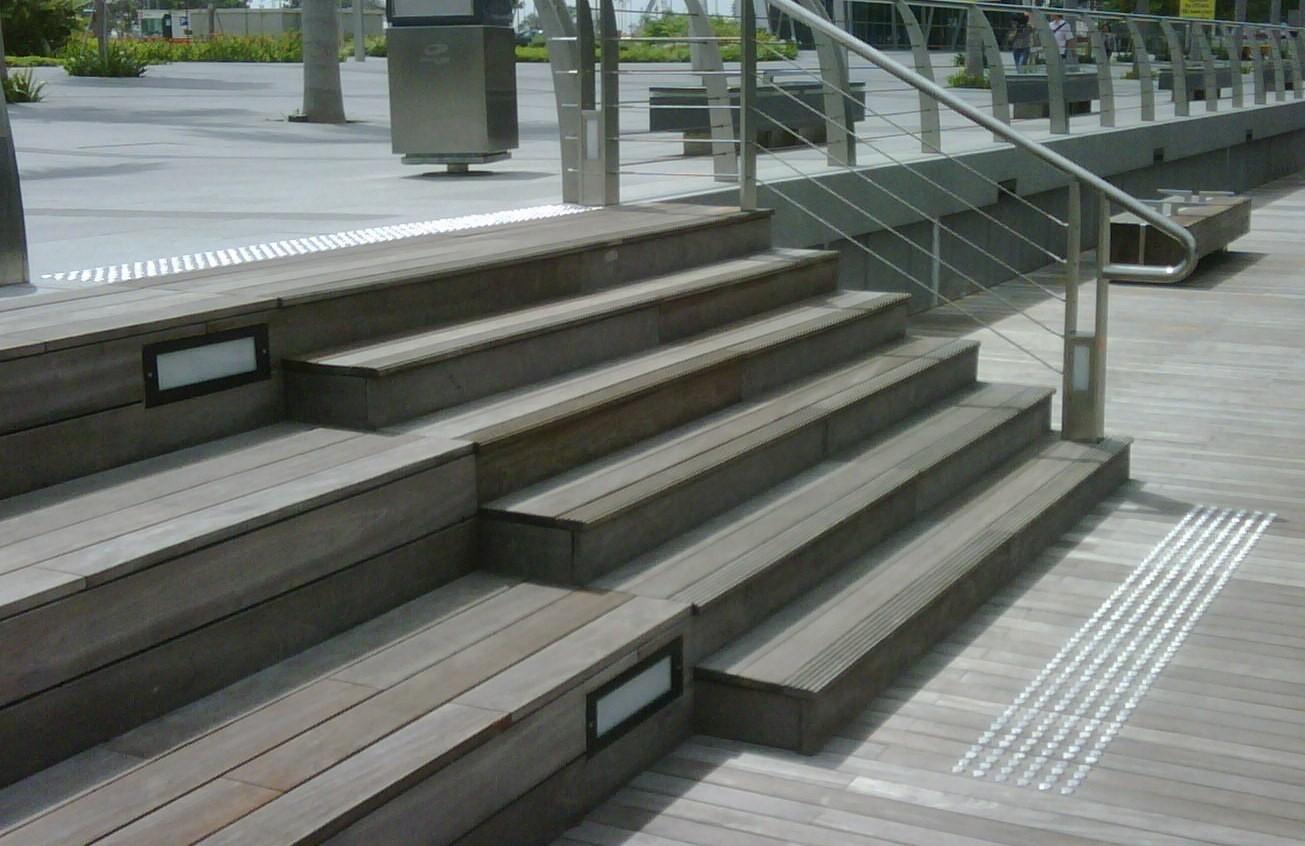 Clous podotactiles pour escalier extérieur