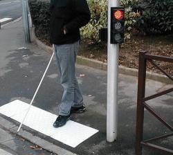 Installer une bande podotactile face à une traversée de voitures