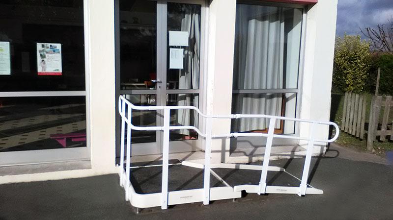 Rampe d'accès PMR à l'école de Boucau