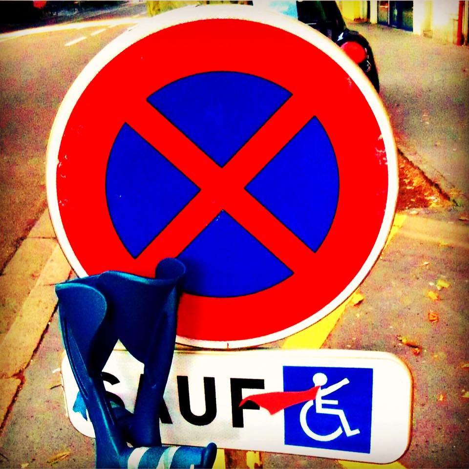 Panneau stationnement handicapé superman