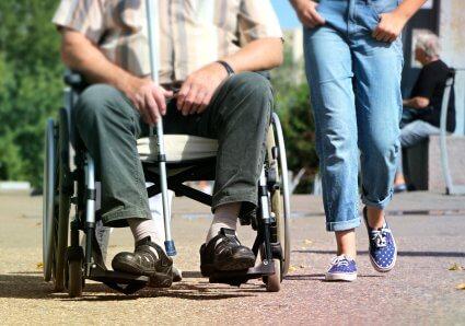 fauteuil roulant dans la rue