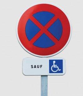 panneau stationnement interdit sauf PMR