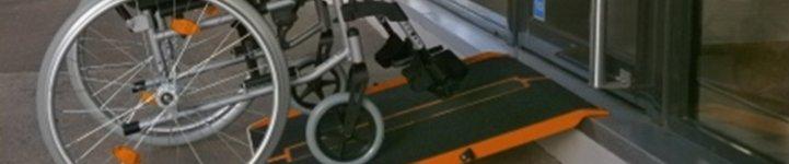 Fauteuil roulant sur une rampe d'accès