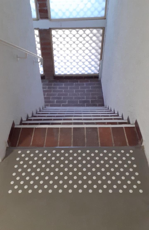 plots podotactiles en haut des marches