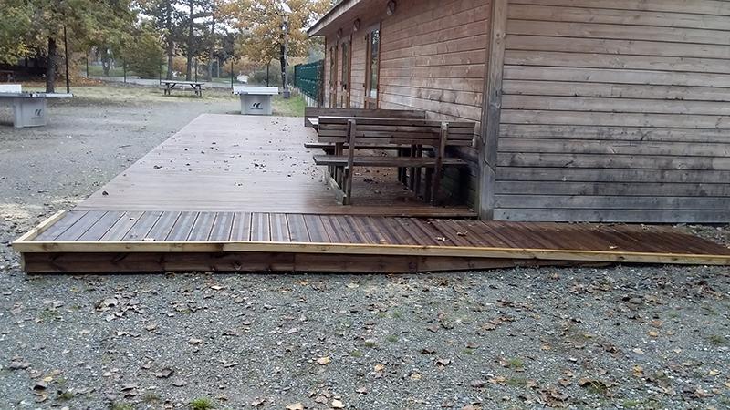 rampe d'accès PMR en bois