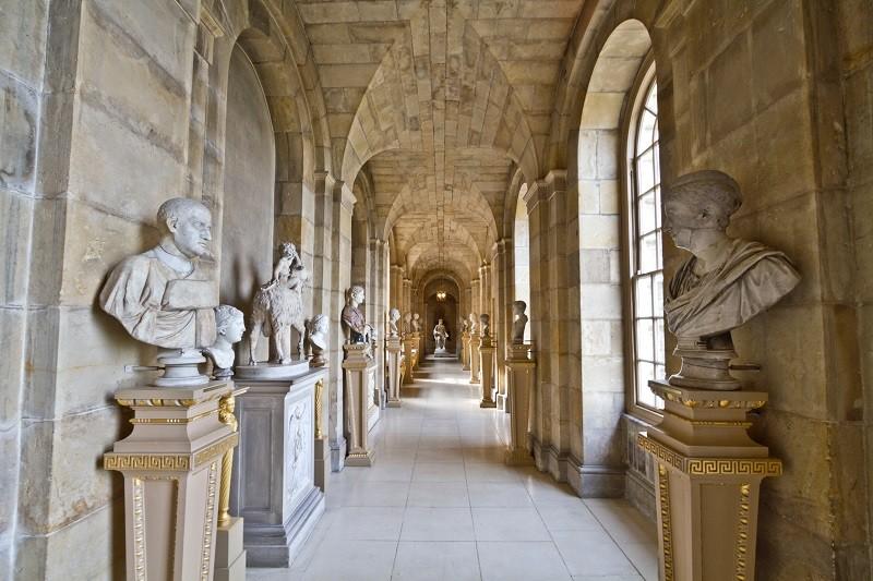 Musée avec des statues