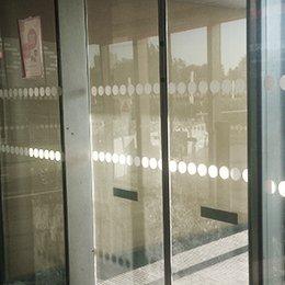 Comment Poser Un Adhésif De Signalisation Sur Des Vitres Ou Portes Vitrées ?